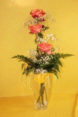 composizione con tre rose rosa