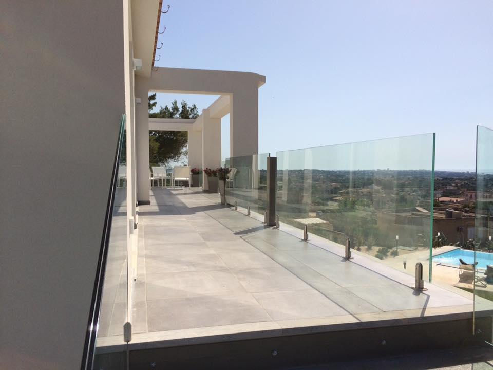 balcone di un hotel con ringhiera in vetro