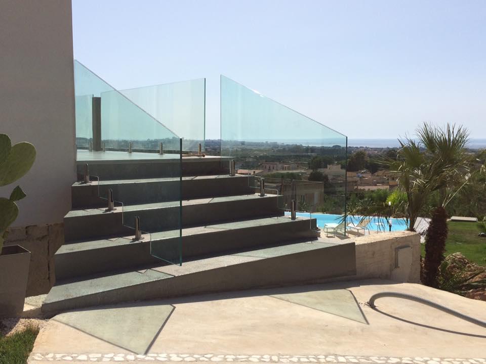 scala esterna contemporanea con corrimano in vetro