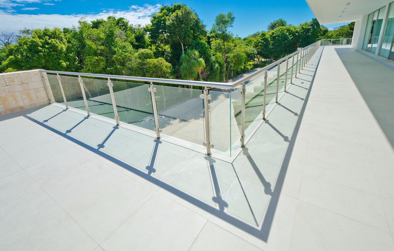 angolo di una ringhiera in vetro