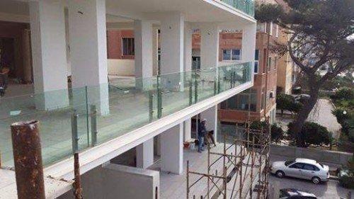 un balcone con ringhiera protettiva di vetro