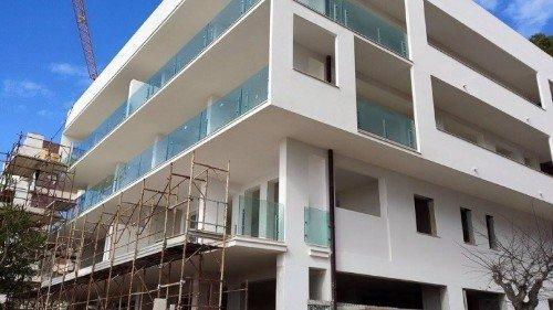 un edificio con ringhiere di vetro