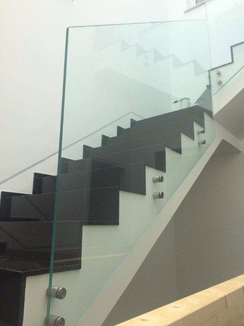 scala interna con ringhiera in vetro protettivo