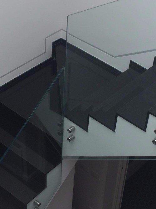 un angolo di una rampa di scale