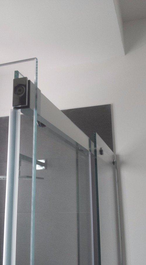 barra d'alluminio in cima a un box doccia