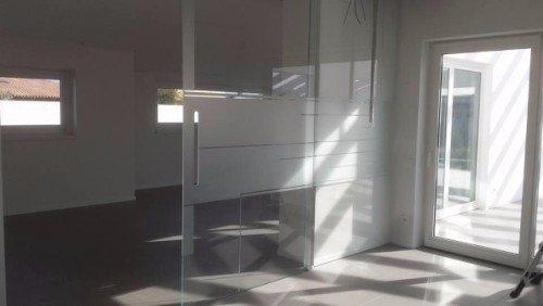 porta in vetro scorrevole di un ufficio