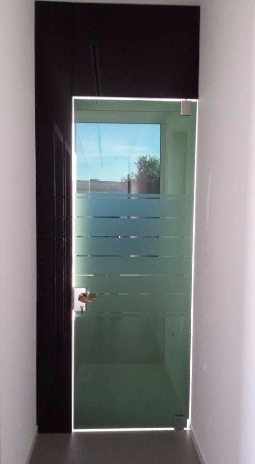 porta in vetro con fasce satinate