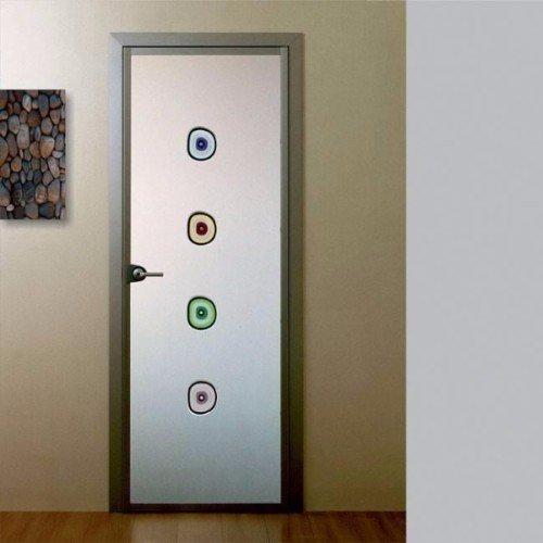 una porta in vetro con decorazioni colorate