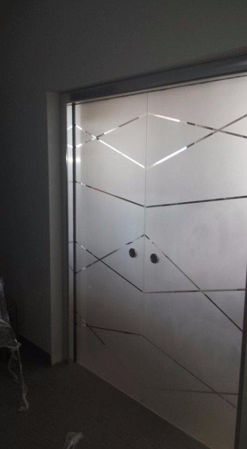ante in vetro decorato con linee sinuose