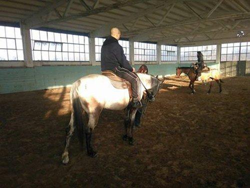 uomo durante un corso di equitazione