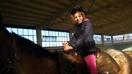bambina su un cavallo