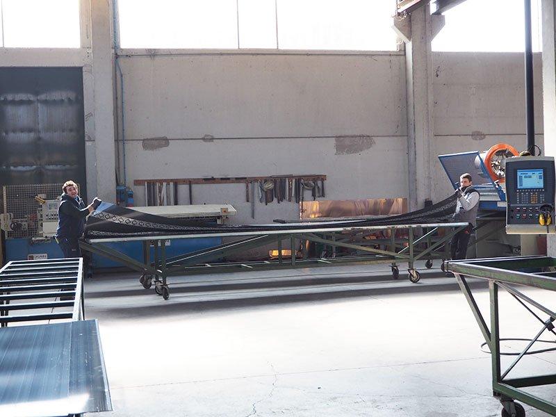 due uomini in una fabbrica di lattoneria al lavoro