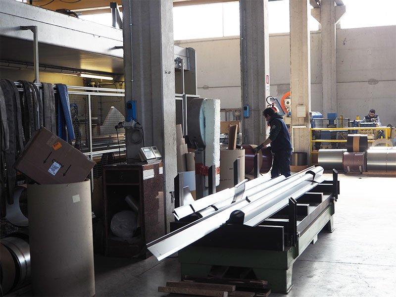 un operaio al lavoro in una fabbrica