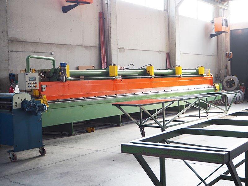 un macchinario verde e arancione e in una fabbrica
