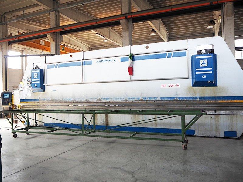 un macchinario in una fabbrica di lattonieri