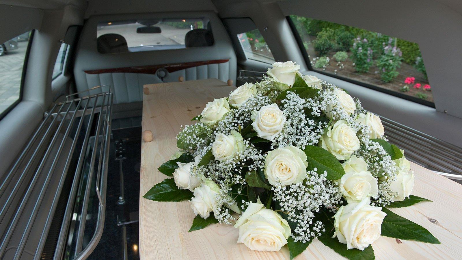 bara con fiori dentro ad un carro funebre