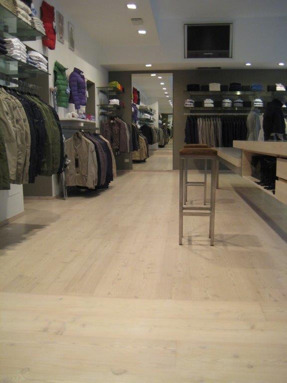 Interno di un negozio di abiti con pavimento in PVC