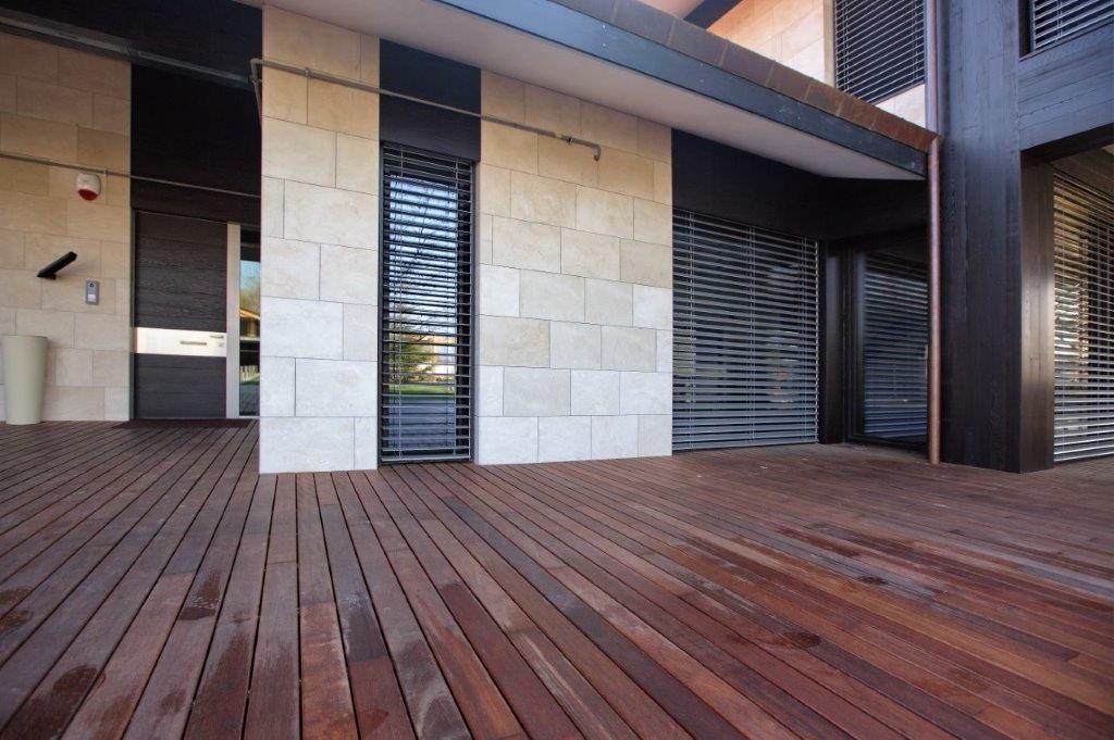 Ingresso di una casa con pavimento in legno laminato