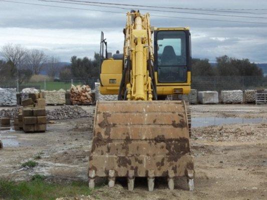 Vista frontale di una grande escavatore gialla