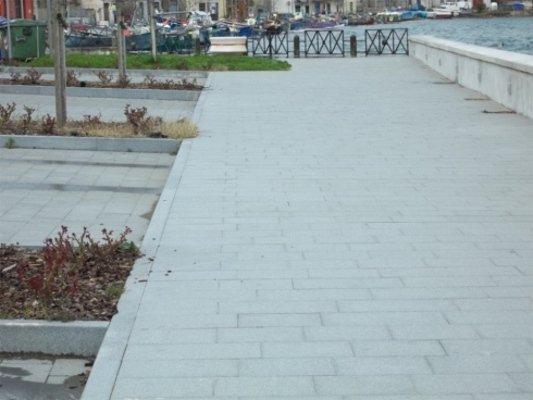 Classico progettazione di marciapiede a base di piastrelle di granito rettangolari