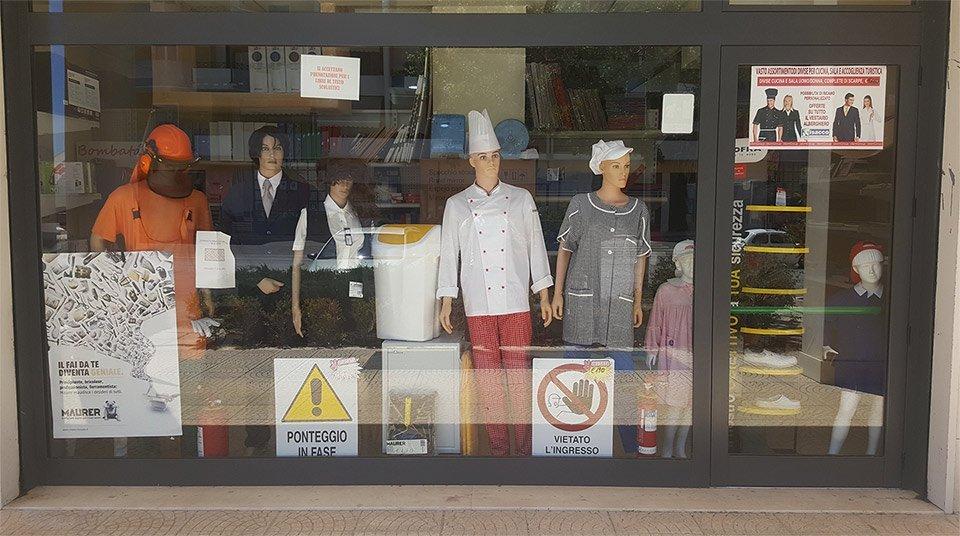 vetrina di abbigliamento da lavoro