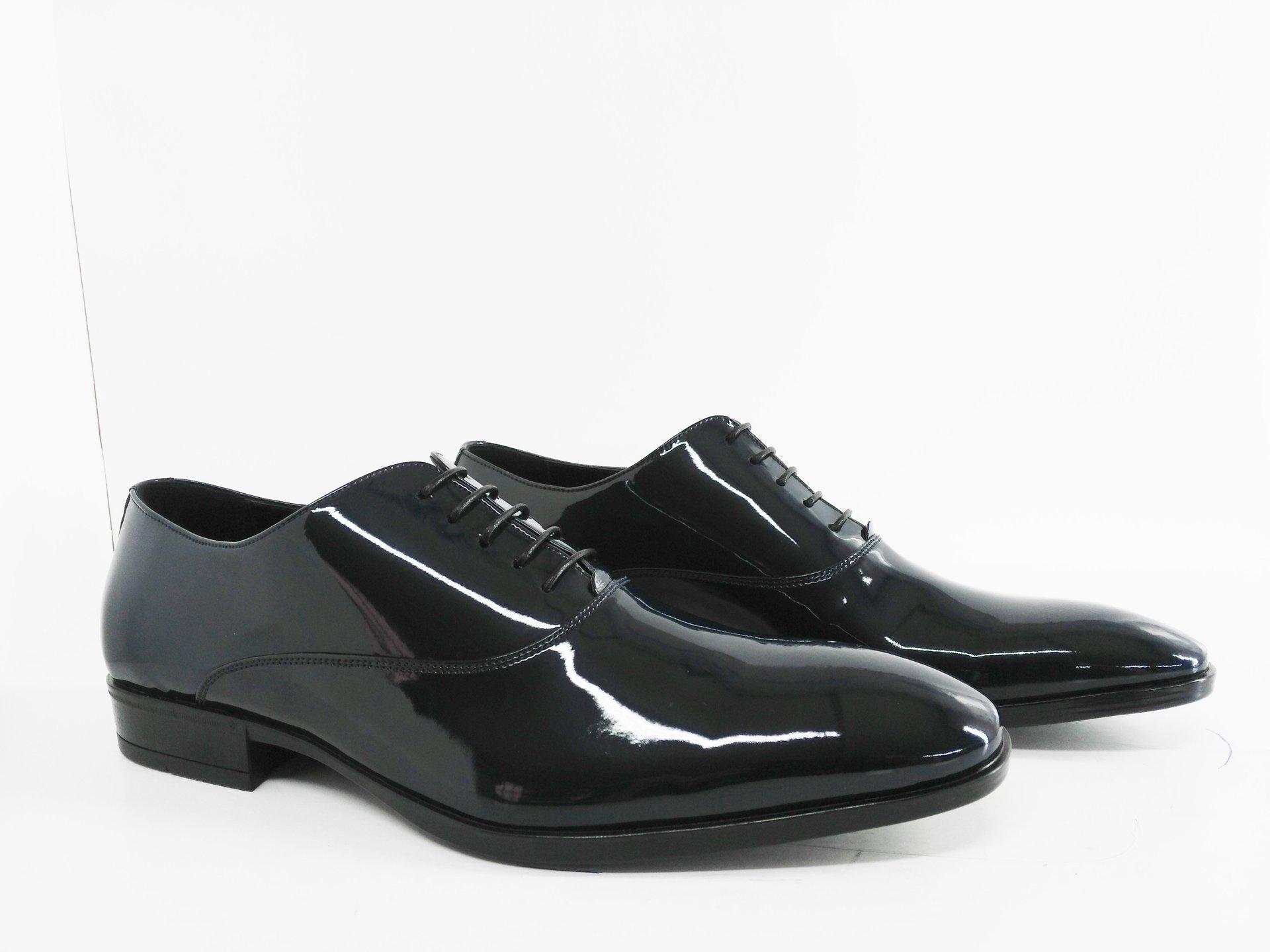 due scarpe nere e lucide