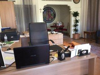 ufficio con scrivania in legno chiaro