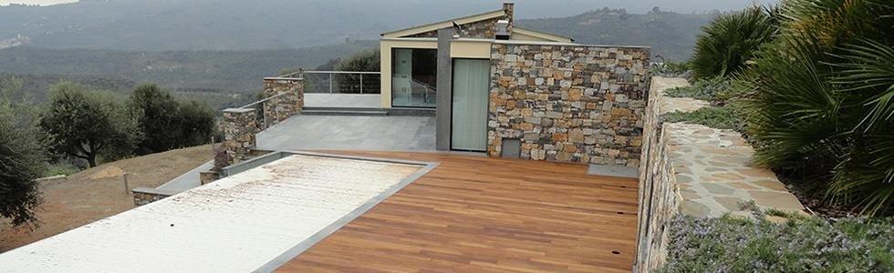 pavimento in legno accanto alla piscina