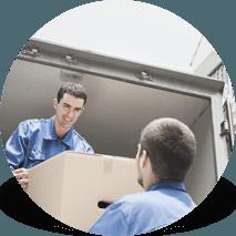 operai trasportano un imballaggio