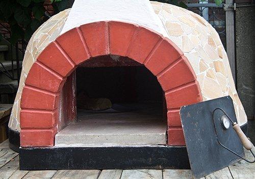 un forno a legna esterno