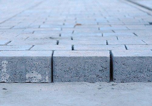 delle mattonelle di cemento grigio