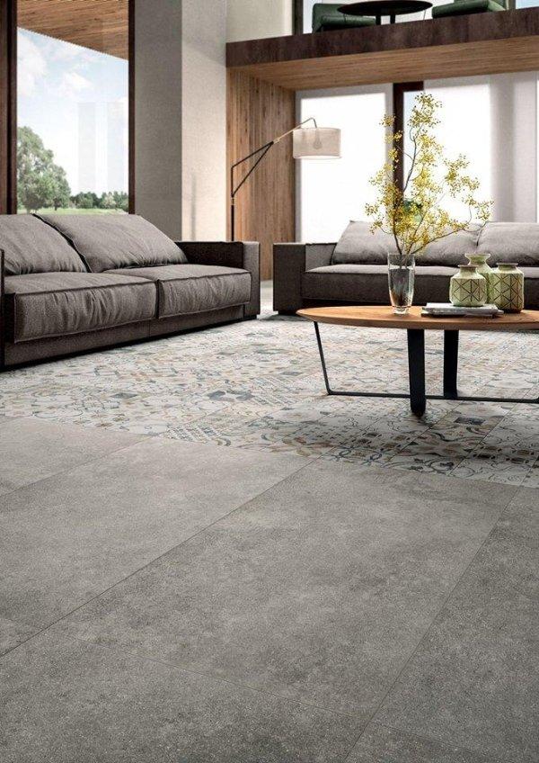 soggiorno moderno con divani, cuscini, pavimento in marmo e soffitto in legno