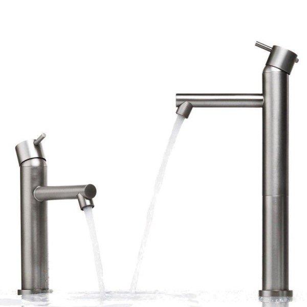 rubinetti del bagno con acqua che scorre