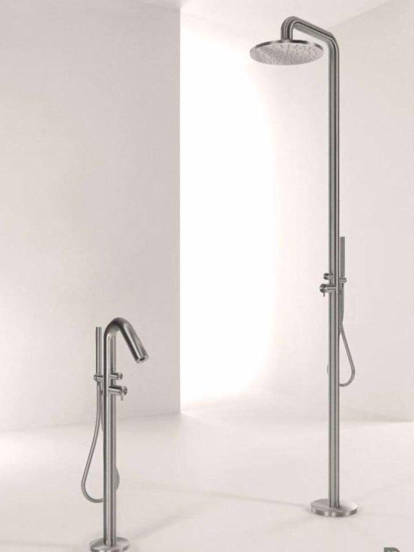 doccia e rubinetto del bagno