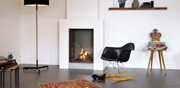 soggiorno moderno con una sedia e stufa a pellet legno
