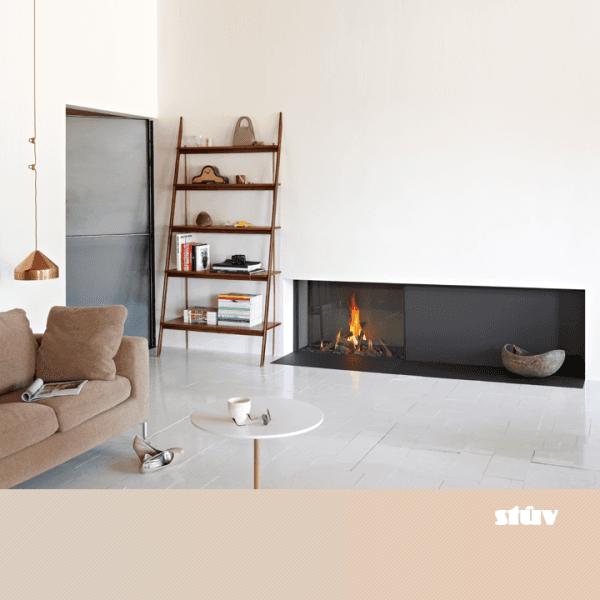 Caminetto a gas chiuso con vetro panoramico con scaffale e divano in una casa