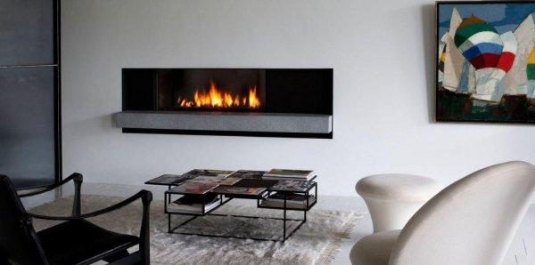 soggiorno moderno con caminetto aperto a parete, poltrona, sedia e arredamenti