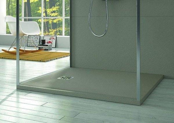 box doccia con pavimento bianco e una grande poltrona bianca e arredo casa