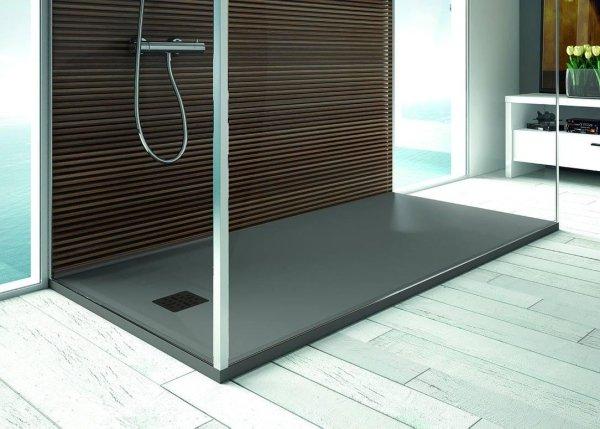 box doccia bianco con pavimento in legno e arredo bagno