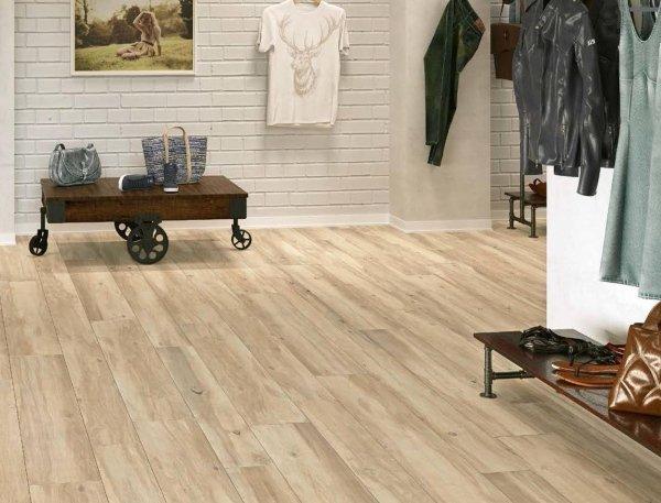 vista interna di un negozio con pavimento in legno e vestiti vendita