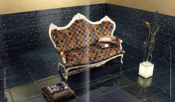 Piastrelle in mattonelle con divano antico