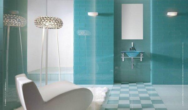 vista di un bagno moderno azzurro con sedia e arredamenti