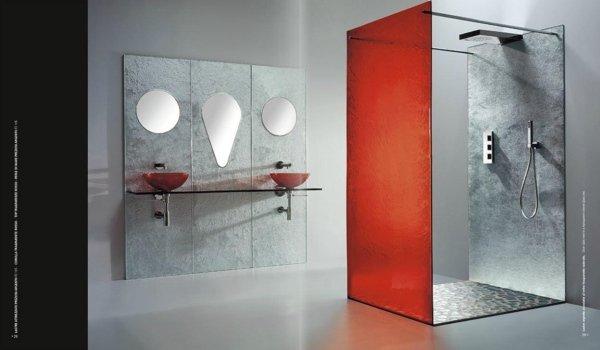 bagno moderno con box doccia e lavabi