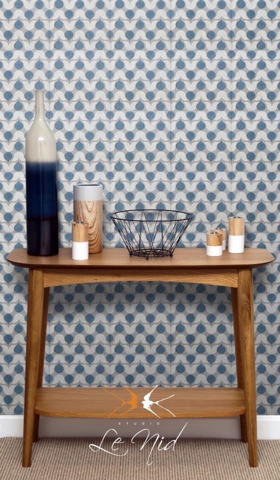 oggetti sul tavolo in legno con rivestimento su parete