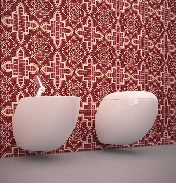 bidè con rivestimenti colorati su parete