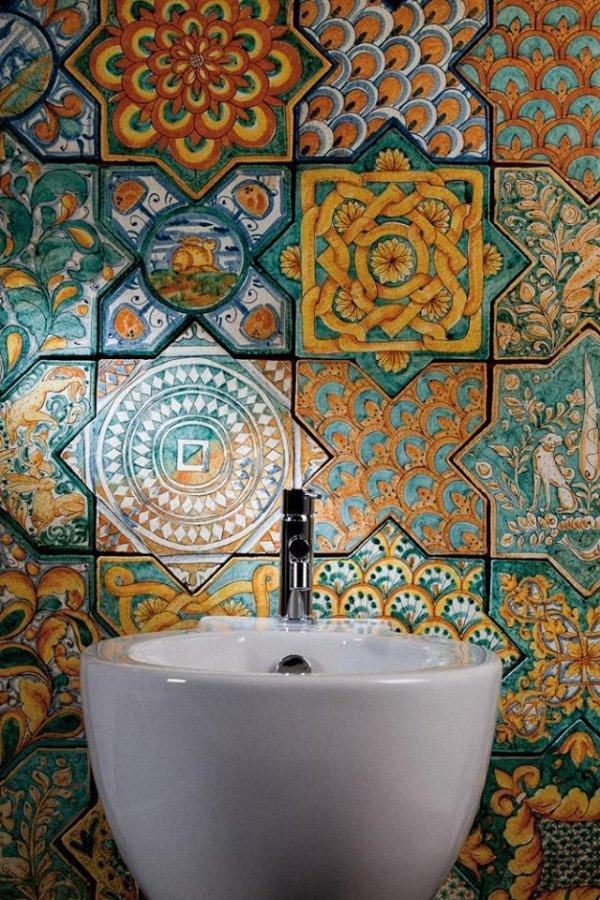 bide con parete decorata in piastrelle di Vetro colorati