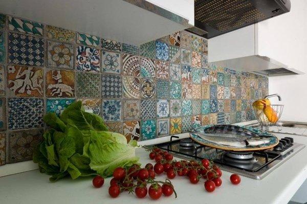 bancone di cucina moderna con pomodori, pesce e cavolo con parete decorta