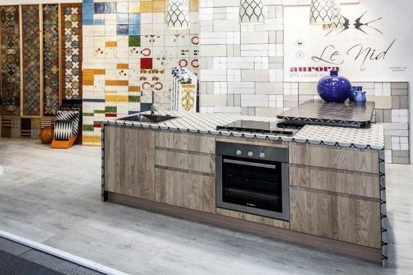 cucina moderna con parete decorata