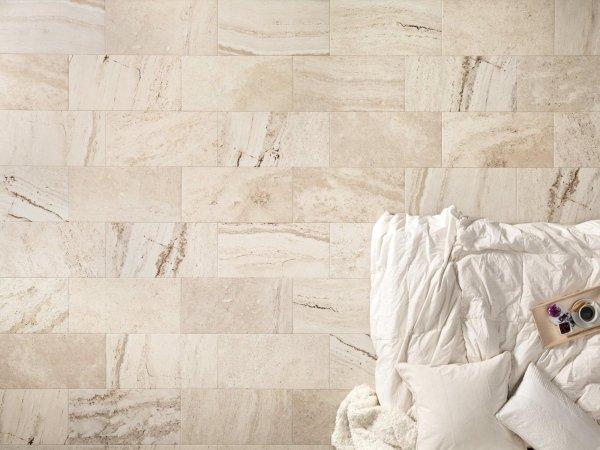 parete bianca in marmo e pietra