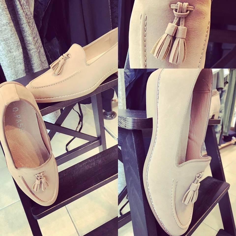 scarpe da donna chiare messe su una scala